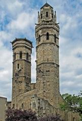 Cathédrale Saint-Vincent - Français:   Ancienne cathédrale Saint-Vincent. La partie occidentale de l\'édifice est commencée au XIème siècle sur l\'emplacement de fondations du VIème siècle. Achevée au début du XIVème siècle, cette église a été partiellement détruite en 1799 (nefs et transept). La base des tours est du XIème siècle, le narthex du XIIème siècle. Les étages supérieurs sont gothiques