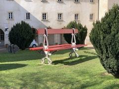 Couvent des Ursulines - Français:   Banc géant dans la cour du couvent des Ursulines, Mâcon.