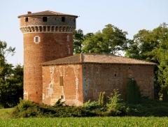 Tour et bâtiment annexe -  Le Jour ni l'Heure 6012: tour du Plantay (XIVe s.?), Le Plantay, dans la Dombes, Ain, Rhône-Alpes, samedi 2 juillet 2011, 19:22:09