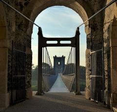 Pont de Rochemaure sur le Rhône - Français:   Le pont suspendu date de 1859. Le tablier en poutres de bois a été plusieurs fois détruit;  par les bombardements de la deuxième guerre mondiale et aussi par le poids d\'un camion. En 2013 le pont a été transformé en passerelle de type himalayenne  Le pont est inscrit dans la base Mérimée des monuments historiques français sous la référence PA00116760