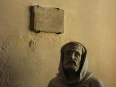 Eglise - Français:   Plaque et tête de statue.
