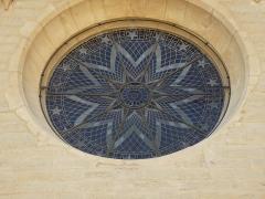 Eglise - Français:   Rosace de la façade.