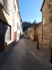 Tour de l'Horloge et tour carrée Saint-Hippolyte - Français:   Vers l\'est, depuis les passages Humbert et Péju.