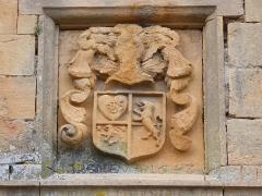 Château - Français:   Blason au-dessus de la grande porte.