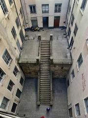 Cour des Voraces - Français:   Cour des Voraces depuis le haut du grand escalier