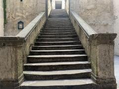 Cour des Voraces - Français:   Escalier d'accès à la cour des Voraces
