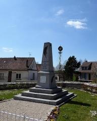 Eolienne - Français:   Monument aux morts et ancienne éolienne de Nogent-le-Phaye, Eure-et-Loir, France.