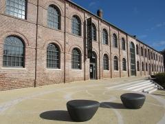 Ancienne usine Desmarest - Français:   Parvis du Musée de la Nacre et de la Tabletterie