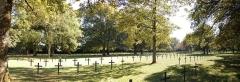 Monument du cimetière militaire allemand - Deutsch:   Deutscher Soldatenfriedhof Saint Quentin, Gräberfeld, Metallkreuze für christliche Gefallene, Natursteinstelen für jüdische Gefallene