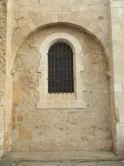 Eglise paroissiale Saint-Amand - Français:   Église de Saint-Amand de Sénas - Vue partielle du sud - Bouches du Rhône - France