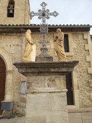 Eglise paroissiale Saint-Amand - Français:   Église de Saint-Amand de Sénas - Vue du calvaire - Bouches du Rhône - France