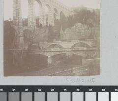 Aqueduc de Roquefavour (également sur commune d'Aix-en-Provence) - Nederlands:     Identificatie Titel(s): Aquaduct van Roquefavour met op de voorgrond een dubbele brug Objecttype: foto  Objectnummer: RP-F-F01162-HI Omschrijving: Onderdeel van Fotoalbum van een Franse amateurfotograaf met bezienswaardigheden in Frankrijk, Zwitserland en Italië.  Vervaardiging Vervaardiger: fotograaf: anoniem Plaats vervaardiging: Ventabren Datering: ca. 1905 - ca. 1910 Fysieke kenmerken: daglichtgelatinezilverdruk Materiaal: papier fotopapier  Techniek: daglichtgelatinezilverdruk Afmetingen: foto: h 70 mm × b 83 mm  Onderwerp Wat: landscape with bridge, viaduct or aqueductWaarVentabren  Verwerving en rechten Verwerving: overdracht van beheer 1994 Copyright: Publiek domein