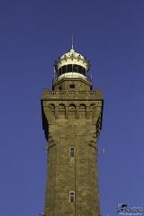 Phares de la pointe de Penmarc'h -   Ce phare majestueux a été construit du 18 septembre 1893 au 17 octobre 1897 avec des matériaux nobles: La tour est en kersanton . Pierre que l\'on trouve dans les carrières du village du même nom, près de Brest. Celle-ci fût également utilisée pour construire le socle de la statue de la Liberté! L\'intérieur du fut est recouvert d\'opaline, pâte de verre bleutée. Le phare s\'élève à 65m au-dessus du niveau de la mer. 277 marches permettent d\'accéder à un premier palier d\'où part un escalier en fonte de 13 marches menant à la salle d\'honneur. Au 2ème palier se trouve une salle en boiserie où trône la statue en bronze du Prince d\'Eckmühl, réduction de celle érigée à Auxerre.  Un escalier en fonte de 17 marcheqs permet d\'accéder à la lanterne dont l\'optique d\'origine fait la fierté des gardiens. Elle comporte 2 optiques de Fresnel contenant 2 lampes de 70W émettant un feu blanc toutes les 5 secondes visible jusqu\'à 50 km par temps clair. Cet espace est non accessible au public.