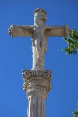 Croix située à l'entrée du donjon - Français:   Calvaire de Montsaugeon (52), près de la porterie médiévale.