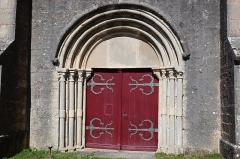 Eglise - Français:   Extérieur de l\'église Notre-Dame-de-la-Nativité à Montsaugeon (52).