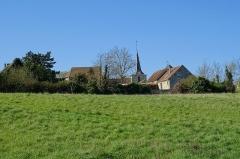 Eglise Saint-Leu-Saint-Gilles - Français:   L\'église Saint-Leu-Saint-Gilles, vue depuis le nord avec les maisons du village.