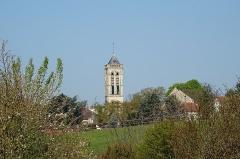 Eglise Saint-Justin et tour Saint-Rieul qui lui sert de clocher - Français:   Vue vers la tour saint-Rieul depuis la route de Chennevières.
