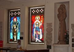 Eglise Saint-Louis - Français:   Vitraux représentant Saint Antoine de Padoue (à g.) et Saint Louis (au centre). Sur la droite, statue d\'une Vierge à l\'enfant.