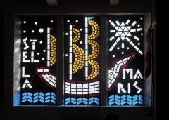 Eglise Saint-Louis - Français:   Fenêtre en vitrail coulé dans le béton, représentant un navire avec la mention STELLA MARIS (\
