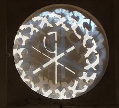 Eglise Saint-Louis - Français:   Le vitrail-oculus de la façade, vu de l\'intérieur. Porte le digramme grec \