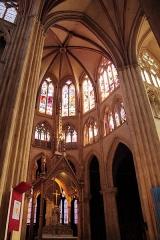 Cathédrale Notre-Dame - Français:   Vitraux dans la nef de la cathédrale Notre-Dame de Bayonne
