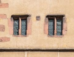 Enceintes fortifiées urbaines - English:   Windows of the Porte des bouchers in Ribeauvillé, Haut-Rhin, France