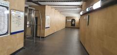 Métropolitain, station Louvre - Français:   Couloir menant aux accès aux quais de la station Louvre-Rivoli