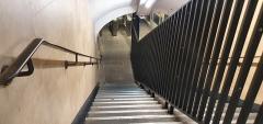 Métropolitain, station Louvre - Français:   Escaliers menant au quai de la ligne 1 dans la station Louvre-Rivoli direction La Defense