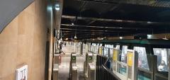 Métropolitain, station Louvre - Français:   Station du métro parisien Louvre-Rivoli, accès rue de Rivoli