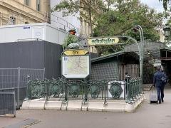 Métropolitain, station Cité - Français:   Entrée de la station de métro Cité, place Louis Lépine, Paris.