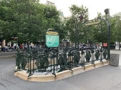 Métropolitain, station Ménilmontant - Français:   Entrée de la station de métro Ménilmontant, place Jean Ferrat, Paris.