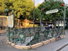 Métropolitain, station Père-Lachaise - Français:   Entrée de la station de métro Père Lachaise, allée Nicole Girard-Mangin, Paris.