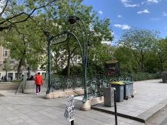 Métropolitain, station Richard-Lenoir - Français:   Entrée de la station de métro Richard Lenoir, boulevard Richard Lenoir, Paris.