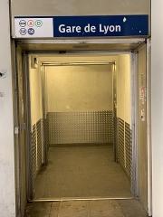 Métropolitain, station Gare de Lyon - Français:   Accès aux stations souterraines de la gare de Lyon, allée de Bercy, Paris.