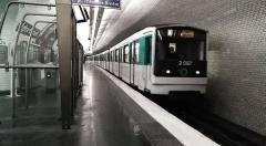 Métropolitain, station Eglise-d'Auteuil - Français:   Un MF67 arrivant à la station Église d\'Auteuil, à Paris 16e.