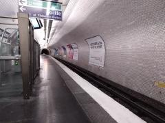 Métropolitain, station Eglise-d'Auteuil - Français:   Le quai et la voie de la station Église d\'Auteuil, à Paris 16e. (Les trains arrivent par ce tunnel)