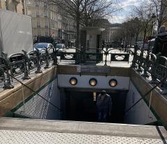 Métropolitain, station Place de Clichy - Français:   Sortie du métro Place Clichy.