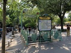 Métropolitain, station Gambetta - Français:   Entrée de la station de métro Gambetta, place Martin Nadaud, Paris.