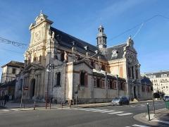 Eglise Saint-Louis - Français:   Église Saint-Louis de Fontainebleau, depuis le croisement entre la rue Grande et la rue Paul-Séramy.