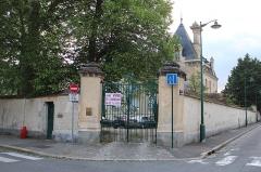Maison Pierrotet - Français:   Maison Pierrotet, à Fontainebleau. Panneau de vente sur la grille d\'entrée.