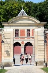 Château de Vaux-le-Vicomte - Français:   Portique est donnant accès aux Grandes Écuries du château de Vaux-le-Vicomte - Maincy (Seine-et-Marne, France).