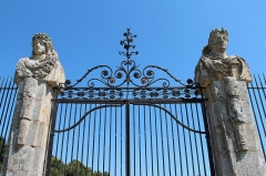 Château de Vaux-le-Vicomte - Français:   Grille en fer forgé encadrée de bustes à double face du portique d'entrée du  château de  Vaux-le-Vicomte -  Maincy (Seine-et-Marne, France).