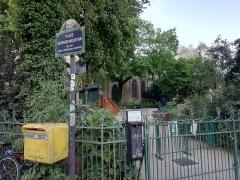 Eglise Saint-Médard - Français:   Place Georges Moustaki située à Paris 5e, avec en fond l\'église Saint-Médard