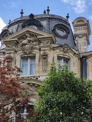 Parc Monceau - Français:   Hôtel Menier, 5, avenue Van-Dyck, Paris 8e: côté parc Monceau.