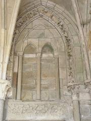Ancienne cathédrale Saint-Samson - Français:   Arcature droite du portail du petit porche de la cathédrale Saint-Samson de Dol-de-Bretagne (35).