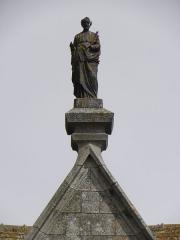 Eglise Notre-Dame - Français:   Façade occidentale de la basilique Notre-Dame-de-l\'Assomption de La Guerche-de-Bretagne (35). Collatéral sud. Statue de Saint-Joseph sommant le pignon.