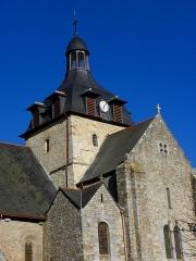 Eglise Saint-Martin - Français:   Façade méridionale de l\'église prieurale Saint-Martin de Tremblay (35). Chapelle des Fonts, transept sud et clocher.