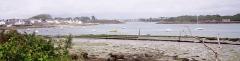 Oppidum de Mané-Coh-Castel - Français:   La Rivière d\'Étel vue depuis le nord de Mané Véchen: de gauche à droite Vieux Passage, l\'oppidum de Mané Coh Castel (en Plouhinec), à l\'arrière-plan au centre Pont-Lorois, à droite la pointe de Royanec (en Étel); au premier plan tables ostréicoles.