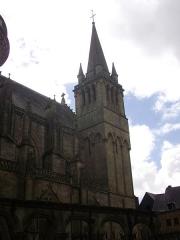 Cathédrale Saint-Pierre - Français:   Cathédrale Saint-Pierre de Vannes (Morbihan, France). Tour nord-ouest vue de la rue des Chanoines