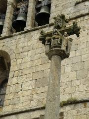 Croix en pierre du 15e siècle à l'ouest de l'église - Français:   Arlempdes, comm. de la Haute-Loire, France (région Auvergne).  Calvaire près de l\'entrée de l\'église.